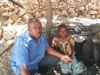 15 Mars 2014 - Aïssata dans son village de Bodio avec le Dr. Koné