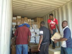 Déchargement du container à son arrivée à Bobo