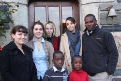 Les étudiantes du lycée de Kerustum avec Salif, Ibrahim et le Dr. Diarra