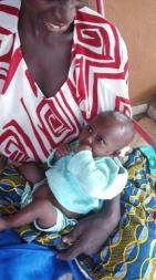 Kamba et son bébé sourient maintenant.